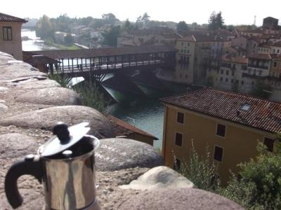 Moka osserva il Ponte degli Alpini di Bassano del Grappa