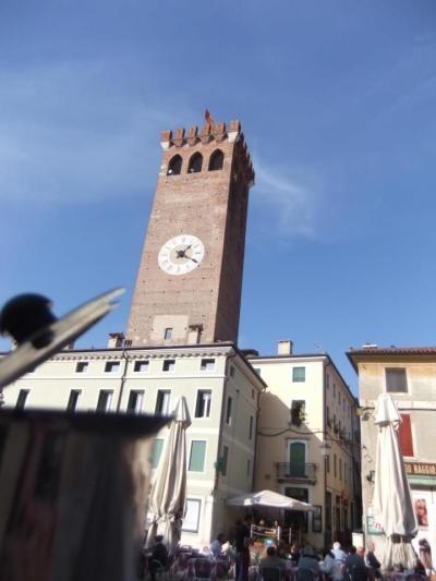 Moka davanti alla Torre Civica di Bassano del Grappa