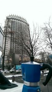 Moka davanti all'Hotel Kazakistan di Almaty