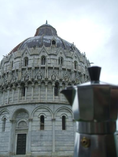 Moka davanti al Battistero di Pisa