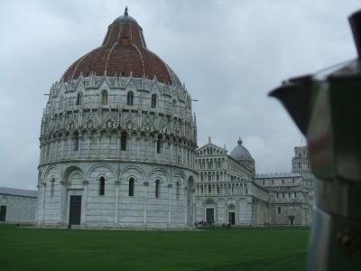 Moka osserva Piazza dei Miracoli a Pisa