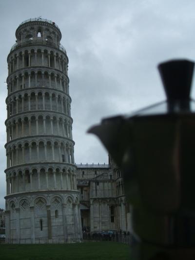 Moka osserva la Torre Pendente di Pisa