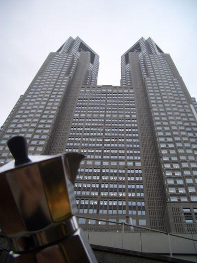 Moka ai piedi di un grattacielo