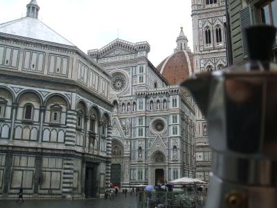 Moka davanti al Duomo e al Battistero di Firenze