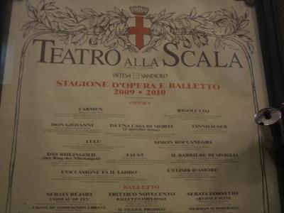 Moka legge il cartellone del Teatro alla Scala - Milano
