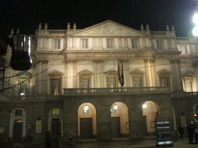 Moka vola verso il Teatro alla Scala - Milano