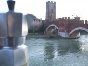Moka ammira il Ponte Scaligero
